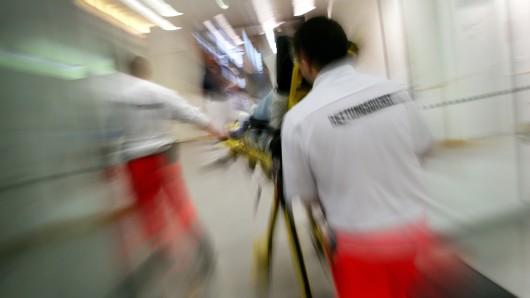 ARCHIV - Rettungsassistenten des BRK liefern am 04.09.2014 in Agatharied (Bayern) eine Notfallpatientin auf einer Fahrtrage in ein Krankenhaus ein. Sachsen will die medizinische Versorgung im ambulanten und stationären Bereich besser verzahnen. (zu dpa Neuer BRK-Tarifvertrag soll Mitarbeiter entlasten vom 24.07.2017) Foto: Stephan Jansen/dpa +++(c) dpa - Bildfunk+++