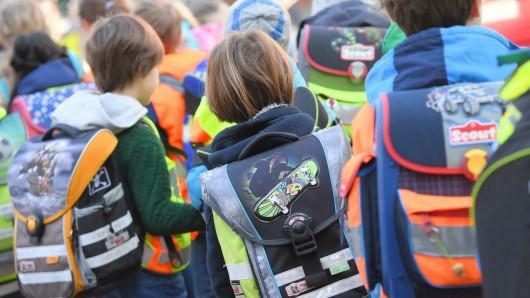 """ARCHIV - Schüler sind am 21.04.2017 in Frankfurt am Main (Hessen) nahe einer Grundschule unterwegs. (zu dpa """"Kultusminister Lorz informiert über neues Schuljahr"""" vom 10.08.2017) Foto: Arne Dedert/dpa +++(c) dpa - Bildfunk+++"""