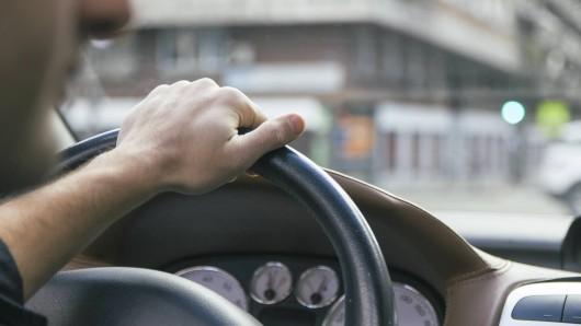 Ein erst 16 Jahre alter Mann ist mit einem Auto durch Gebhardshagen gefahren. (Symbolbild)