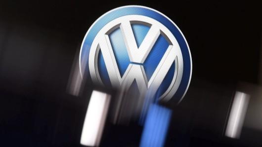 """ARCHIV - Ein VW-Logo, aufgenommen am 10.01.2017 bei der North American International Auto Show (NAIAS) in Detroit (Michigan) am zweiten Pressetag. Die Volkswagen-Kernmarke VW kommt bei der Umsetzung des """"Zukunftspaktes"""" deutlich schneller voran als geplant. (zu dpa """""""" vom 13.08.2017) Foto: Uli Deck/dpa +++(c) dpa - Bildfunk+++"""