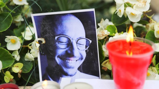 MOSCOW, RUSSIA - JULY 22, 2017: Flowers, candles and pictures seen outside the US Embassy in Moscow in memory of the band s lead singer Chester Bennington, who was found dead from suicide in his house near Los Angeles on July 20, 2017. Chester Bennington died at the age of 41. Sergei Savostyanov/TASS PUBLICATIONxINxGERxAUTxONLY TS0588EA Moscow Russia July 22 2017 Flowers Candles and Pictures Lakes outside The U.S. Embassy in Moscow in Memory of The Tie S Lead Singer Chester Bennington Who what Found Dead from Suicide in His House Near Los Angeles ON July 20 2017 Chester Bennington died AT The Age of 41 Sergei Savostyanov TASS PUBLICATIONxINxGERxAUTxONLY TS0588EA