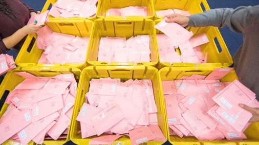 Wahlhelfer sortieren am 14.09.2017 in Köln (Nordrhein-Westfalen) die roten Wahlbriefe mit den abgegebenen Stimmen für die Bundestagswahl 2017. Foto: Rolf Vennenbernd/dpa +++(c) dpa - Bildfunk+++