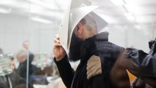Der wegen Unterstützung und Mitgliedschaft in einer ausländischen terroristischen Vereinigung angeklagte Abu Walaa steht im Oberlandesgericht in Celle.