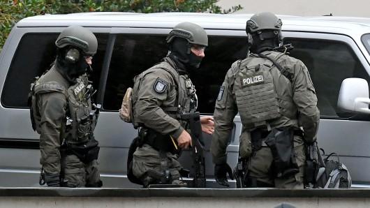 Polizeibeamte sichern das Oberlandesgericht Celle ab. (Archivvild)
