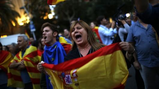 Gegner der Unabhängigkeit Kataloniens demonstrieren mit spanischen Nationalflaggen. (Archivbild)