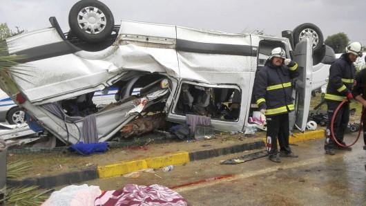 Einsatzkräfte stehen am 07.10.2017 bei Antalya (Türkei) neben einem verunglückten Kleinbus. Bei dem Busunfall an der südlichen Mittelmeerküste sind drei Reisende aus Deutschland tödlich verunglückt. Weitere zehn Insassen sind bei dem Unfall auf der Autobahn verletzt worden, meldete die staatliche Nachrichtenagentur Anadolu. Foto: Mithat Abakan/AP/dpa +++(c) dpa - Bildfunk+++