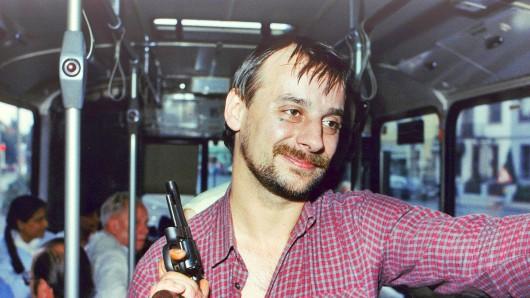 Geiselnehmer Dieter Degowski posiert am 18. August 1988 mit einer Waffe in einem Linienbus in Bremen.
