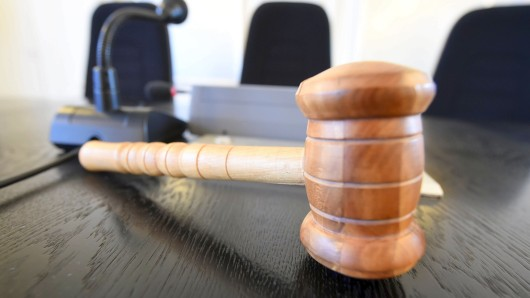 ARCHIV- ILLUSTRATION - Auf der Richterbank im Schwurgerichtssaal im Schwurgerichtssaal im Landgericht Karlsruhe (Baden-Württemberg) liegt am 02.09.2014 ein Richterhammer aus Holz. Im Prozess wegen Totschlags gegen einen 55-Jährigen wird am 19.09.2017 voraussichtlich das Urteil verkündet. Der Mann soll im Dezember 2016 seinen Mitbewohner in Hamburg-Schnelsen mit Messerstichen getötet haben. Der Tote wurde erst nach fast 14 Tagen gefunden. Foto: Uli Deck/dpa +++(c) dpa - Bildfunk+++