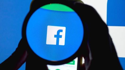 """ARCHIV - ILLUSTRATION - Das Icon der Social Media-Plattform Facebook ist auf einem Handy durch eine Linse zu sehen, aufgenommen am 11.12.2016 in München (Bayern). In der Debatte um ausländische Einmischung in den Präsidentenwahlkampf geht Facebook davon aus, dass etwa 10 Millionen Menschen in den USA politische Anzeigen von Profilen gesehen haben, die möglicherweise mit russischen Drahtziehern in Verbindung stehen. (zu dpa """"Facebook: 10 Millionen Nutzer sahen mutmaßlich russische Anzeigen"""" vom 03.10.2017) Foto: Tobias Hase/dpa +++(c) dpa - Bildfunk+++"""