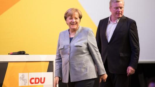 Bundeskanzlerin Angela Merkel (CDU) und der Spitzenkandidat der niedersächsischen CDU, Bernd Althusmann, stehen am 13.10.2017 bei einer Wahlkampf-Veranstaltung für die Landtagswahl auf dem Podium in der Osnabrückhalle in Osnabrück (Niedersachsen). Am 15.10. wird in Niedersachsen ein neuer Landtag gewählt. Foto: Friso Gentsch/dpa +++(c) dpa - Bildfunk+++