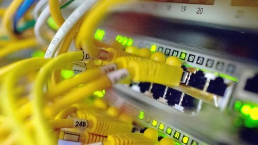 ARCHIV - Zahlreiche Netzwerkkabel stecken am 21.07.2014 in Routern in einem Serverraum im Zentrum für IT-Sicherheit in Bochum (Nordrhein-Westfalen). (Zu dpa Studie:Wirtschaft hinkt bei EU-Datenschutzgrundverordnung hinterher vom 19.09.2017) Foto: Matthias Balk/dpa +++(c) dpa - Bildfunk+++