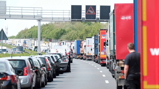 Nach einem Unfall auf der A2 staut sich der Verkehr in Richtung Braunschweig. Autofahrer sollen eine Rettungsgasse bilden. (Symbolbild)