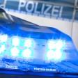 """ARCHIV- ILLUSTRATION- Ein Blaulicht leuchtet am 27.07.2015 in Osnabrück (Niedersachsen) auf dem Dach eines Polizeiwagens. Ein unbekannter Erpresser droht nach Polizeiangaben aus Konstanz in einem bundesweit bedeutsamen Fall damit, Lebensmittel zu vergiften.(zu dpa: """"Erpresser will Lebensmittel vergiften - Erste Produkte gefunden"""" vom 28.09.2019) Foto: Friso Gentsch/dpa +++(c) dpa - Bildfunk+++"""