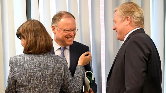 Ministerpräsident Stephan Weil (SPD, links) begrüßt die CDU-Bundestagsabgeordnete Maria Flachsbarth und den CDU-Fraktionsvorsitzenden Bernd Althusmann.