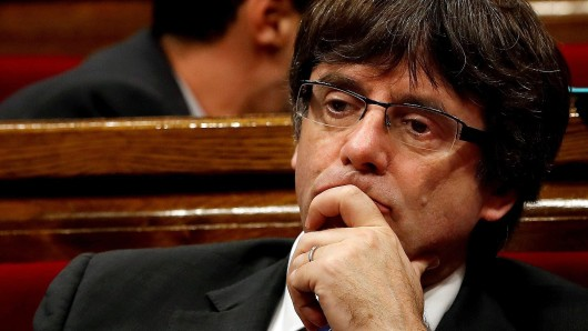 """ARCHIV - Kataloniens ehemaligerRegionalpräsidentenCarles Puigdemont, aufgenommen am 27.10.2017 bei einer Plenarsitzung der katalanischen Regionalregierung. Die spanische Staatsanwaltschaft hat Anklage Puigdemont und weitere Angehörige der abgesetzten Regierung erhoben. (zu dpa """"Staatsanwaltschaft erhebt Anklage gegenPuigdemont und Minister"""" vom 30.10.2017) Foto: Quique Garcia/EPA EFE/dpa +++(c) dpa - Bildfunk+++"""