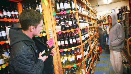 Die Männer im Alter zwischen 21 und 30 Jahren wollten mit neun Whiskyflaschen den Laden verlassen (Symbolbild).