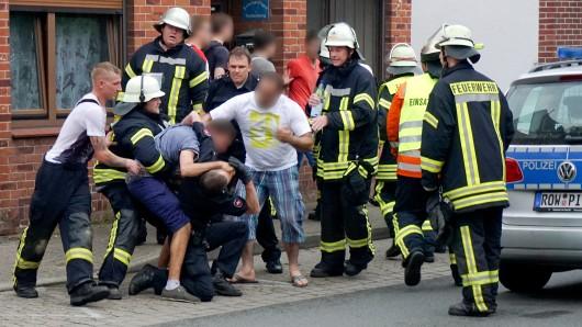 Drei Männer behindern in Bremervörde nach einem tödlichen Unfall die Arbeit der Rettungskräfte. (Archivbild)