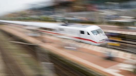 ARCHIV- Ein ICE von der Deutschen Bahn fährt am 06.11.2015 durch Fallersleben bei Wolfsburg (Niedersachsen) (Aufnahme mit langer Verschlusszeit). (zu dpa Bahn erforscht Ursache für verpasste Stopps in Wolfsburg vom 13.11.2017) Foto: Julian Stratenschulte/dpa +++(c) dpa - Bildfunk+++