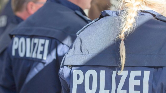 Schriftzug Polizei auf der Rückseite einer Jacke eines Polizisten Pressetermin: Neue Bullis für die NRW-Polizei mit NRW-Innenminister Herbert Reul, 20.10.17 Duisburg NRW Deutschland Landschaftspark-Nord *** emblem Police on the Back a Jacket a Policemen Press call New Bullis for the NRW Police with NRW Interior Minister Herbert Reul 20 10 17 Duisburg NRW Germany Country Park North xcdnx