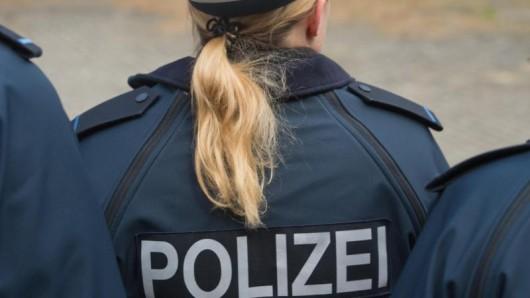 Der Rücken einer Auszubildenden für den Polizeidienst.
