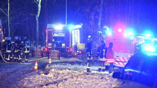 Rettungskräfte sichern am 14.12.2017 bei Sieberatsreute (Baden-Württemberg) die Absturzstelle eines Kleinflugzeugs. Foto: Felix Kästle/dpa +++(c) dpa - Bildfunk+++