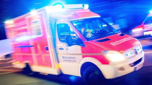 ARCHIV- ILLUSTRATION - Ein Rettungswagen der Feuerwehr fährt am 17.10.2015 in Recklinghausen (Nordrhein-Westfalen) mit Blaulicht durch eine Straße (Aufnahme mit langer Belichtungszeit). (zu dpa Immer mehr Menschen greifen Rettungssanitäter an vom 19.11.2017) Foto: Marcel Kusch/dpa +++(c) dpa - Bildfunk+++