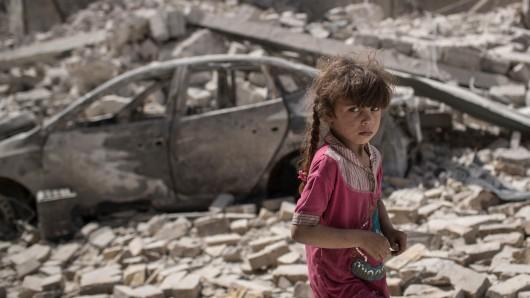 Ein Mädchen flieht durch eine zerstörte Gasse im irakischen Mossul. (Archivbild)