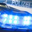 """ARCHIV- ILLUSTRATION- Ein Blaulicht leuchtet am 27.07.2015 in Osnabrück (Niedersachsen) auf dem Dach eines Polizeiwagens. (zu dpa """"Kuriose Kriminalfälle - Einbrecher in der Technik-Falle"""" vom 16.12.2017) Foto: Friso Gentsch/dpa +++(c) dpa - Bildfunk+++"""