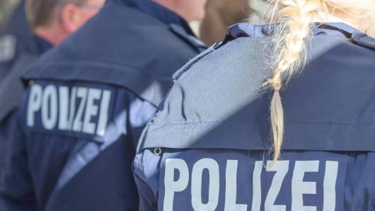 Der 22-Jährige hatte die Beamtin mit Schlägen und Tritten verletzt (Symbolbild).