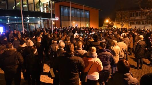 Trauernde legen am 02. Januar in Kandel  (Rheinland-Pfalz) im Gedenken an ein von ihrem Freund erstochenes 15-jähriges Mädchen vor dem Tatort, einem Drogeriemarkt, Kerzen und Blumen ab.