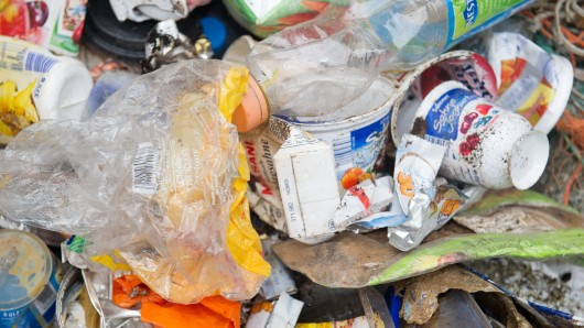 ARCHIV- Müll aus der Ostsee sortiert der Umweltverbandes Naturschutzbund Deutschland e.V. (NABU) am 21.10.2014 auf dem Gelände des Meeresmuseum Stralsund (Mecklenburg-Vorpommern). (Zu dpa EU-Kommission legt Strategie gegen Plastikabfall vor vom 16.01.2018) Foto: Stefan Sauer/dpa-Zentralbild/dpa +++(c) dpa - Bildfunk+++