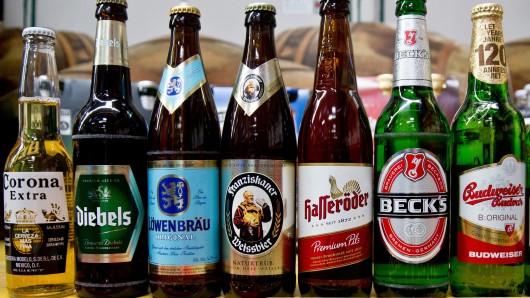 Bierflaschen des Konzerns Anheuser-Busch Inbev – hasseröder und Diebels gehören jetzt nicht mehr dazu.