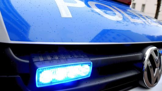 Mehrere Polizeiautos sind am frühen Abend mit Blaulicht durch die Stadt gedüst. (Symbolbild)