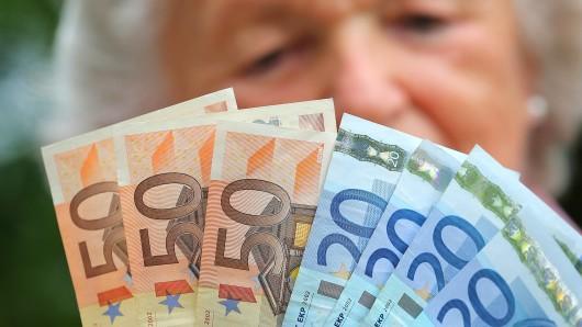 Die 84-Jährige aus Wolfsburg wurde um 500 Euro bestohlen (Archivbild).