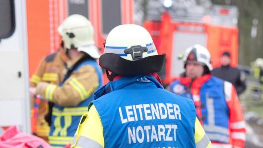 02.02.2018, Niedersachsen, Neustadt am Rübenberge: Der leitende Notarzt der Feuerwehr Hannover steht vor Rettungswagen auf der Landstraße L191. Bei einem missglückten Überholmanöver sind auf der Landstraße zwei Autos frontal zusammengeprallt. Bei dem Unfall kamen zwei Menschen ums Leben, vier weitere Menschen wurden verletzt - darunter ein Baby. Foto: Julian Stratenschulte/dpa +++ dpa-Bildfunk +++