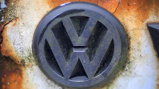 Einem Bericht zufolge will VW noch in diesem Jahr ein neues Logo präsentieren. (Archivbild)