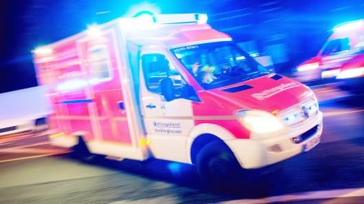 Wolfenbüttel: Täter wirft mit Barhocker, schubst einen anderen und beschädigt Tür (Symbolbild).