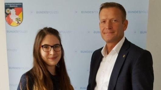 Die 20-jährige Studentin hat von dem Leiter der Bundespolizeiinspektion Magdeburg,  Alexander Schmelzer, eine Urkunde bekommen.