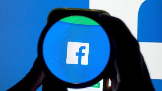 ARCHIV - ILLUSTRATION - Das Icon der Social Media-Plattform Facebook ist auf einem Handy durch eine Linse zu sehen, aufgenommen am 11.12.2016 in München (Bayern). (zu dpa: Facebook lässt Nutzer über Qualität von Medien entscheiden vom 21.01.2018) Foto: Tobias Hase/dpa +++(c) dpa - Bildfunk+++