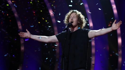 Der Sänger Michael Schulte freut sich im Konfettiregen über den Sieg.