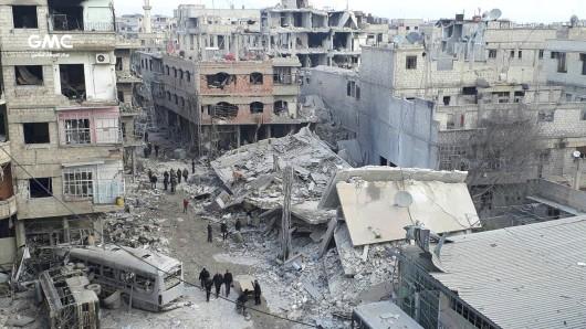 Nach tagelangem Ringen hat es nun doch noch geklappt: Per Resolution fordert der UN-Sicherheitsrat eine 30-tägige Waffenruhe in Syrien. Wirkliche Druckmittel enthält das Papier allerdings nicht - werden sich die Kriegsparteien also daran halten?
