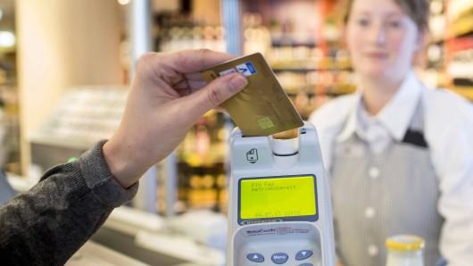 Die beiden haben bei ihrem Einbruch unter anderem Kreditkarten gestohlen (Symbolbild).