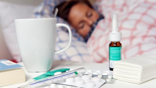 Immer noch kämpfen viele Menschen mit der Grippe. (Archivbild)