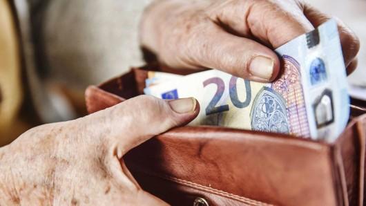 Die Frau hatte das Geld einem völlig Fremden überlassen. (Symbolbild)