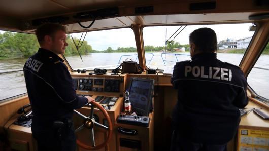 Beamte der Wasserschutzpolizei während einer Kontrollfahrt. (Archivbild)