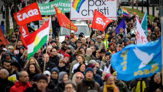 Anhänger der Friedensbewegung ziehen beim Ostermarsch durch München.