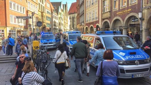 dpatopbilder - 07.04.2018, Nordrhein-Westfalen,Münster: Einsatzfahrzeuge der Polizei stehen in der Innenstadt. In Münster sind am Samstag mehrere Menschen gestorben, als ein Auto in eine Menschenmenge fuhr. Das teilte die Polizei über Twitter mit. Foto: -/dpa +++ dpa-Bildfunk +++