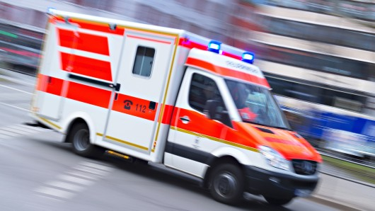Alle Beteiligten mussten in Krankenhäuser gebracht werden (Symbolbild).