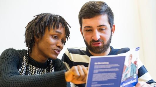 Zwei von jetzt fast 777.000 Ausländern in Niedersachsen: Abdul Sow (links) aus Liberia und Marwan Alo aus Syrien lesen in einer Berufsbildenden Schule in Hannover in einem Lehrbuch zur Sprachförderung.
