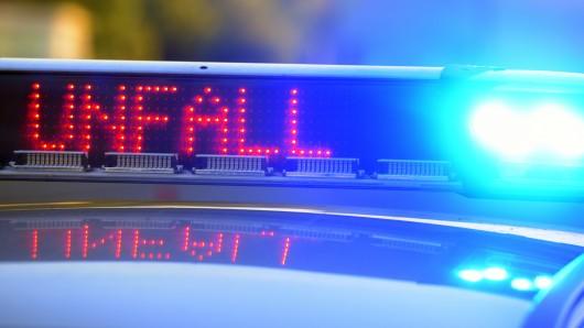 Bei einem Ausweichmanöver wegen eines anderen Autos, ist eine 49-Jährige Salzgitteranerin in ein geparktes Auto gekracht (Symbolbild).